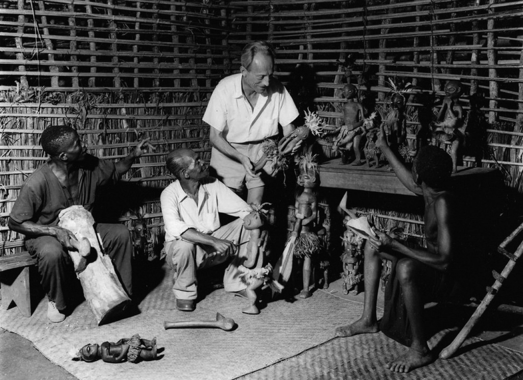 Robert Verly in the atelier of Kaluesha in the region of Tshikapa, ca. 1956. Photo by Carlo Lamote, Inforcongo.