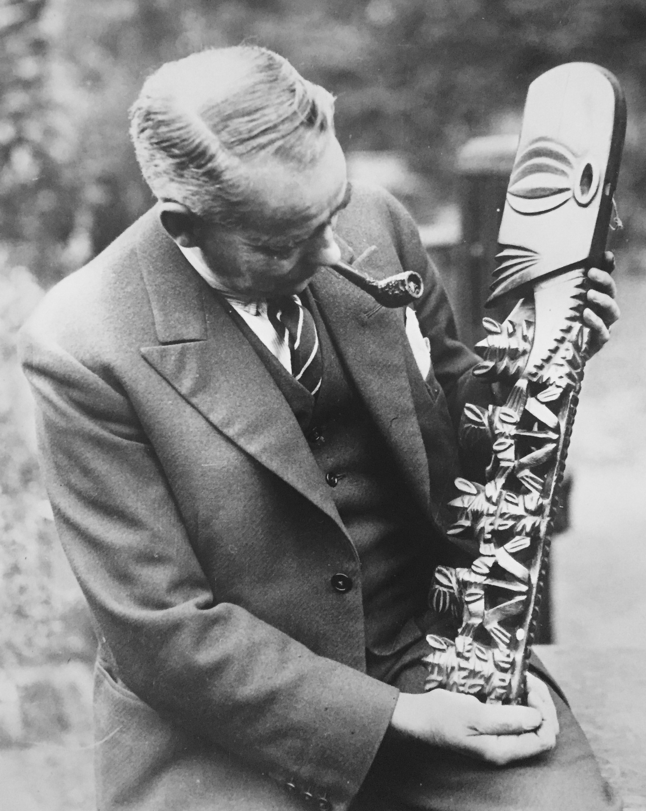 William O. Oldman holding a Rarotongan staff god figure. Image courtesy of Robert Hales.