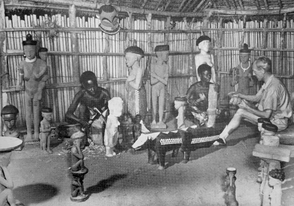Robert Verly in the workshop of Kaseya-Ntambwe (here instructing an apprentice) in Kandolo-Mututwa. Photo by Carlo Lamote, Inforcongo, ca. 1956.